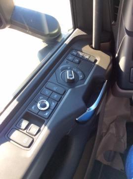 Spoguļu un gaismu vadības pogas un sānu durvīm. Tā pati durvju aizvēršana šķita ļoti tuvu vieglā auto durvju aizvēršanai. Vieglāk un patīkamāk.