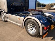 Vieglmetāla diski un sānu sargi! Vieglmetāla viens disks ir par 20kg vieglāks nekā tērauda disks! Kopā uz visu auto tas veido 120kg mazāku svaru! Aiz sānu spoileriem noslēpušies arī 4 akumulatori.
